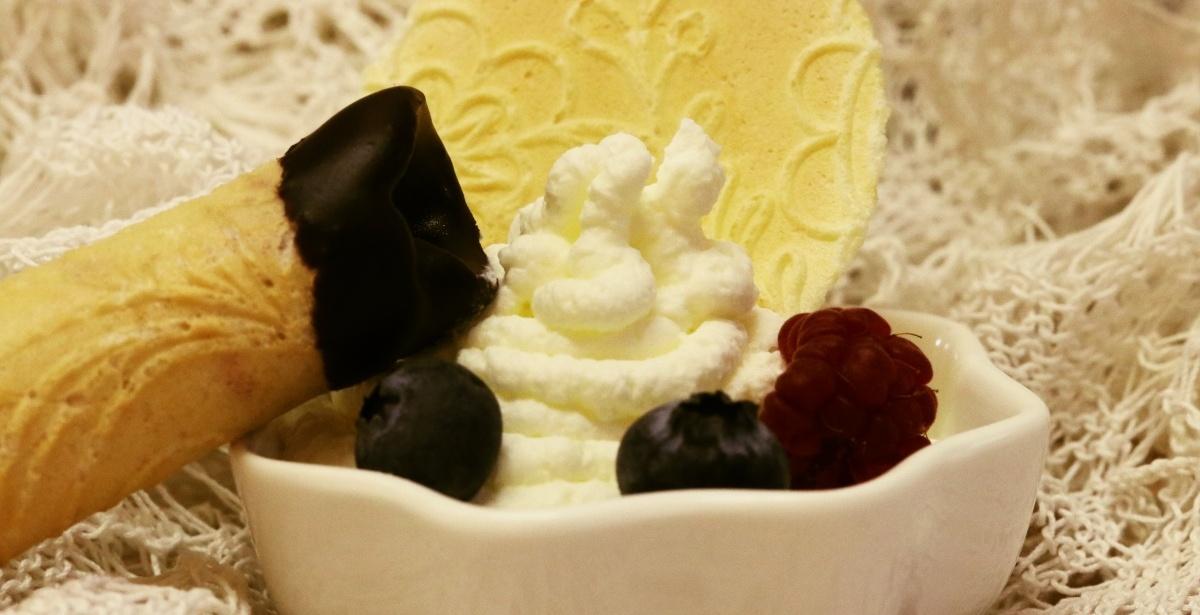 Trubičky s horkou čokoládou, šľahačkou a lesným ovocím